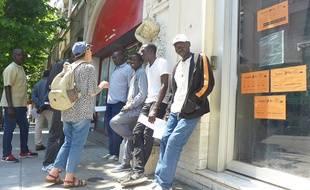 Des migrants attendent devant le Forum réfugiés de Nice pour déposer une demande d'asile.