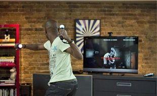 Une caméra reconnaît les mouvements des manettes que tient le joueur.