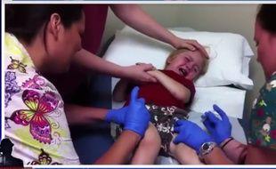 La vidéo laisse sous-entendre que les enfants pourraient bientôt avoir à subir onze vaccinations successives.
