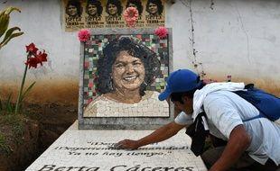 Un homme nettoie la tombe de Berta Caceres, activiste écologique tuée le 3 mars 2016 au Honduras où elle se battait contre un grand projet hydraulique.