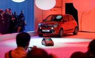 Des visiteurs du Salon de l'automobile de Genève regardent un nouveau modèle de Twingo, le 4 mars 2014