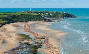 Les participants courent sur les plages de la Côte d'Opale