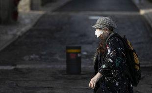Une femme porte un masque dans les rues de Lisbonne le 18 mars 2020, alors que le coronavirus a confiné les populations de nombreux pays d'Europe.