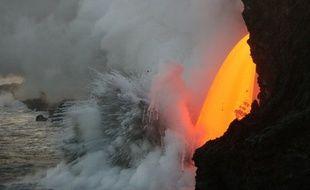 Un torrent de lave se déverse dans l'océan pacifique à Hawaii