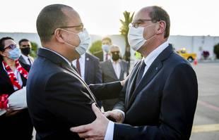 Le Premier ministre tunisien Hichem Mechichi, à gauche, salue son homologue français Jean Castex à l'aéroport Tunis-Carthage de Tunis, en Tunisie, le mercredi 2 juin 2021.