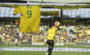 Le maillot de Sala accroché au filet d'un but du stade de la Beaujoire avant un match du FCN.