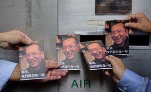 Des manifestants brandissant des portraits de Liu Xiaobo