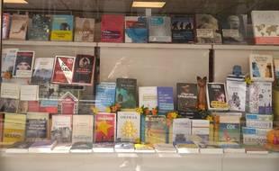 La vitrine foisonnante de la librairie L'Art de la Joie à Paris XVè, pour la rentrée littéraire.