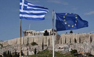 Les drapeaux grecs et européens, le 15 janvier 2015 devant l'Acropole d'Athènes
