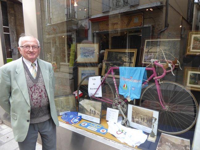 Les vitrines de Saint-Girons à l'heure du Tour, comme celle de Pierre Maurel, personnalité du cyclisme dans le Couserans.