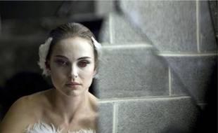 Vincent Cassel pousse la danseuse Natalie Portman à explorer sa sexualité.Le film s'attache aux angoisses de son héroïne en virant dans le fantastique.