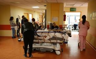 Des patients installés dans des lits dans un couloir du services des urgences de Bastia, en Corse, en novembre 2017.