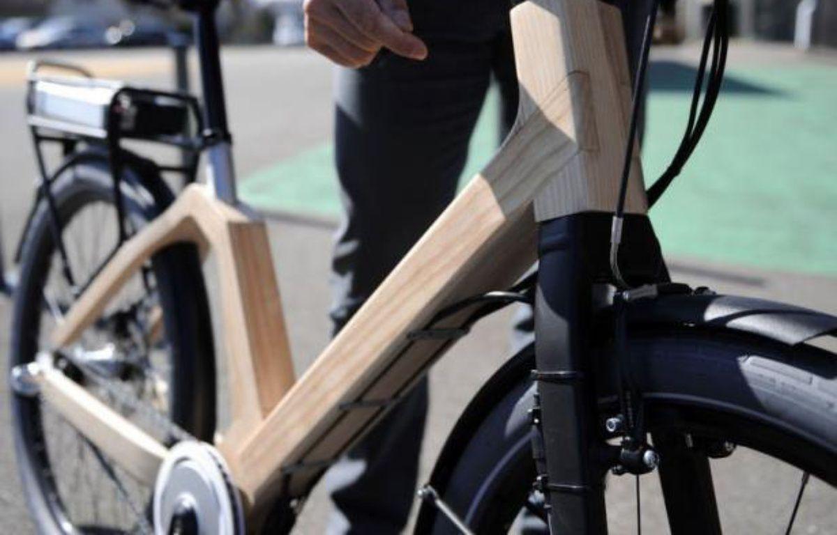 Le Vélibois, le premier vélo urbain en bois à assistance électrique dont la conception a demandé plus de quatre ans de travail, est en phase de finalisation à Epinal, où cette innovation technologique doit devenir une bicyclette de libre-service dans les prochains mois. – Jean-Christophe Verhaegen AFP