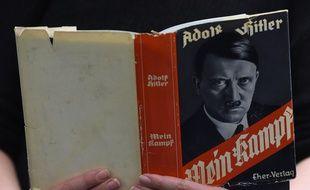 Un lecteur lit «Mein Kampf» dans une bibliothèque berlinoise en 2015.