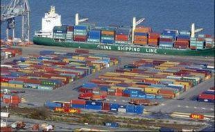 Le déficit du commerce extérieur s'est très nettement aggravé en novembre, se creusant à 4,792 milliards d'euros sous l'effet d'un ralentissement des exportations et de la flambée des cours du pétrole, un record depuis plusieurs mois, ont indiqué mercredi les Douanes.