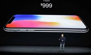 Le vice-président d'Apple en charge du marketing, dévoile le prix de l'iPhone X, le 12 septembre 2017.