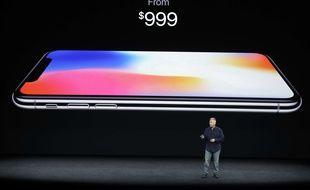 Le vice-président d'Apple en charge du marketing, dévoile le prix de l'iPhone X, le 12 septembre 2017.