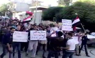 Capture d'écran d'une image diffusée sur YouTube et montrant des opposants au régime manifester dans le nord de la Syrie, dans le village deKfar Nabil, le 30 mai 2011.