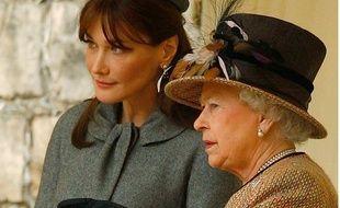 Carla Bruni et la reine Elizabeth lors de la visite du couple présidentiel français le 26 mars 2008.