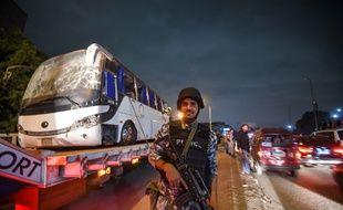 Trois touristes vietnamiens et leur guide égyptien ont été tués dans l'explosion d'une bombe artisanale au passage de leur bus près du site des pyramides de Guizeh.