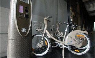 """Le maire (PS) de Paris Bertrand Delanoë a inauguré dimanche le système de vélos en libre-service """"Vélib"""", conçu pour transformer les modes de déplacement dans la capitale tout en contribuant à la réduction de la pollution."""