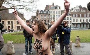 Une militante Femen crie à l'arrivée de Dominique Strauss-Kahn au tribunal de Lille le 10 février 2015