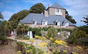 """Les artistes invités y chercheront sans doute la trace du """"fantôme de Jersey"""". La minuscule île du Guesclin, où vécut Léo Ferré, renoue avec son histoire grâce à la volonté de son propriétaire d'y créer une résidence artistique."""