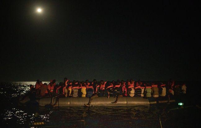 Les migrants ont été découverts sur cette embarcation, avec des femmes et enfants brûlés par le mélange d'eau de mer et de gazole. Un cadavre se trouvait aussi à bord.