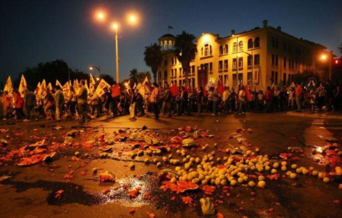 Plus de 12.000 manifestants sont descendus dans la rue samedi soir à Salonique (nord) pour protester contre les nouvelles mesures de rigueur réclamées à la Grèce par l'UE et le FMI, honorant le traditionnel rendez-vous de la rentrée sociale. – Sakis Mitrolidis afp.com