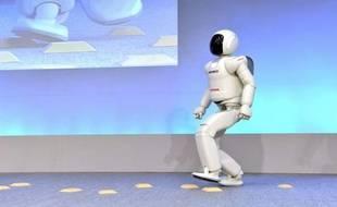 Le petit robot androïde japonais Asimo, qui sillonne le monde depuis des années, épatait déjà la galerie en courant avec agilité, mais désormais il sait aussi sauter à cloche pied, effectuer des gestes avec une plus grande dextérité et prendre des initiatives.