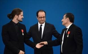Le 29 septembre 2016, à Dammartin-en-Goële, François Hollande a remis la Légion d'honneur à Michel Catalano (à droite ) et à son ancien employé Lilian Lepère. Les frères Kouachi s'étaient réfugiés dans leur entreprise, après l'attentat de Charlie Hebdo.
