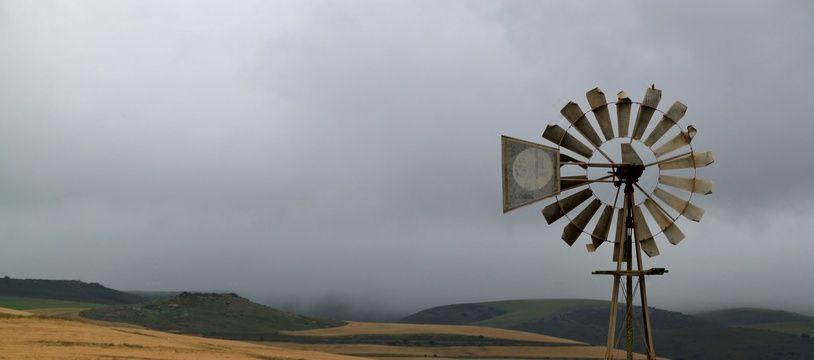 Petite éolienne dans la campagne. Illustration.