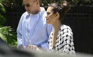 Bruce Willis et sa femme Emma Heming dans leur résidence privée de Beverly Hills, à Los Angeles le 15 juillet 2011.