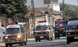 Des ambulances transportent les victimes d'une attaque contre une base militaire pakistanaise à Peshawar, le 18 septembre 2015