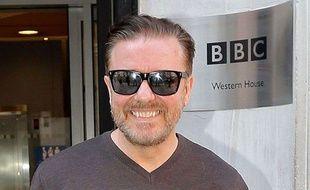 Ricky Gervais devant le building de la BBC à Londres le 19 avril 2014