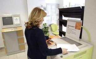 Une femme fait des photocopies dans une entreprise.