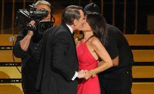 Le comédien Bryan Cranston embrasse fougueusement l'actrice Julia Louis-Dreyfus aux 66e Emmy Awards.
