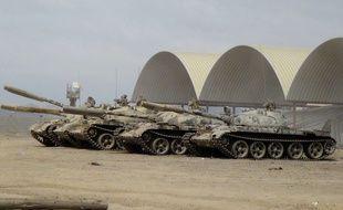 Des chars saisis par des miliciens fidèles au président du Yémen près d'Aden, le 24 mars 2015.