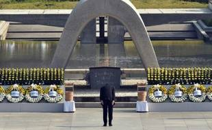 Le Premier ministre Shinzo Abe s'incline devant le mémorial à Hiroshima, le 6 août 2015 lors de cérémonies marquant le 70è anniversaire du bombardement nucléaire