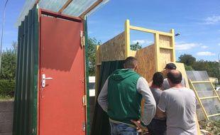 Avec l'aide de l'association Bordelaise Dynam'eau, les occupants d'un squat installent des sanitaires.