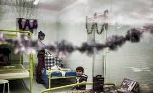 Une famille de Roms dans une maison préfabriquée, le 23 décembre 2015 à Saint-Genis-les-Ollières, près de Lyon