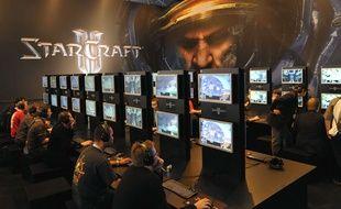 Des joueurs testent le jeu Starcraft II lors d'une game convention en Allemagne en 2008.