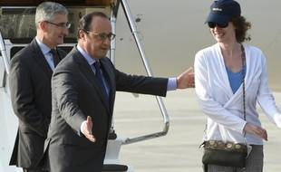 Le président François Hollande et l'ex-otage Isabelle Prime sur la base militaire de Villacoublay, près de Paris, le 7 août 2015