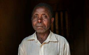 L'ancien otage Floribert Kambale Safari pose devant sa maison à Kayna, en République démocratique du Congo, le 15 juillet 2016