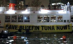 Quelque 25 activistes de Greenpeace ont entravé lundi une croisière sur la Seine des pêcheurs français organisée pour les délégations participant depuis le 17 novembre à la réunion annuelle de l'organe de régulation de la pêche au thon dans l'Atlantique.