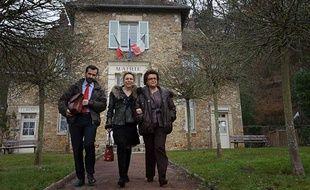Christine Boutin fait le tour des mairies à la recherche de signatures, comme ici à Saint-Forget (Yvelines).