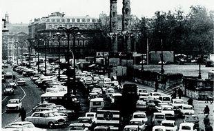 Les quais et la place des Quinconces à Bordeaux, avant leur réaménagement, accordaient une grande place à l'automobile