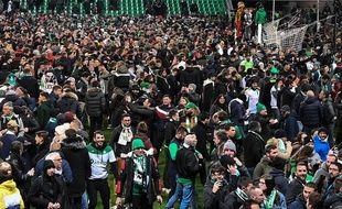 Les supporters stéphanois ont envahi la pelouse par milliers dès le coup de sifflet final.