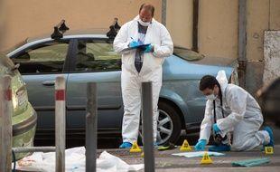La police scientifique sur le lieu d'une fusillade qui a fait deux morts le 7 août 2016 à Marseille.