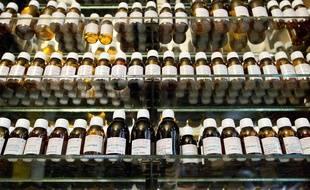 Pour se lancer dans l'aromathérapie à la maison, cinq huiles essentielles permettent de soigner nombre de petits maux du quotidien.
